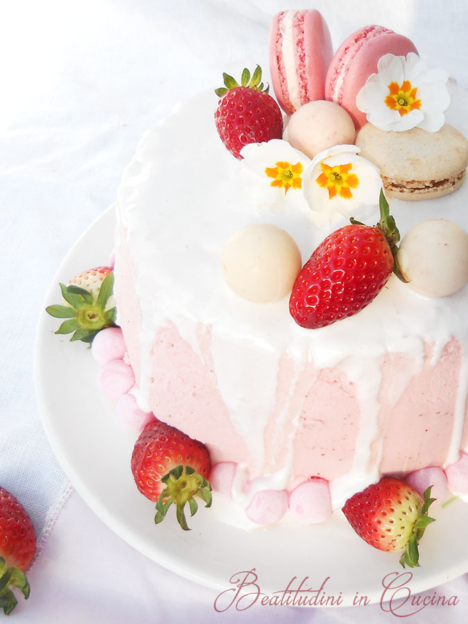 Drip cake alle fragole e cioccolato bianco
