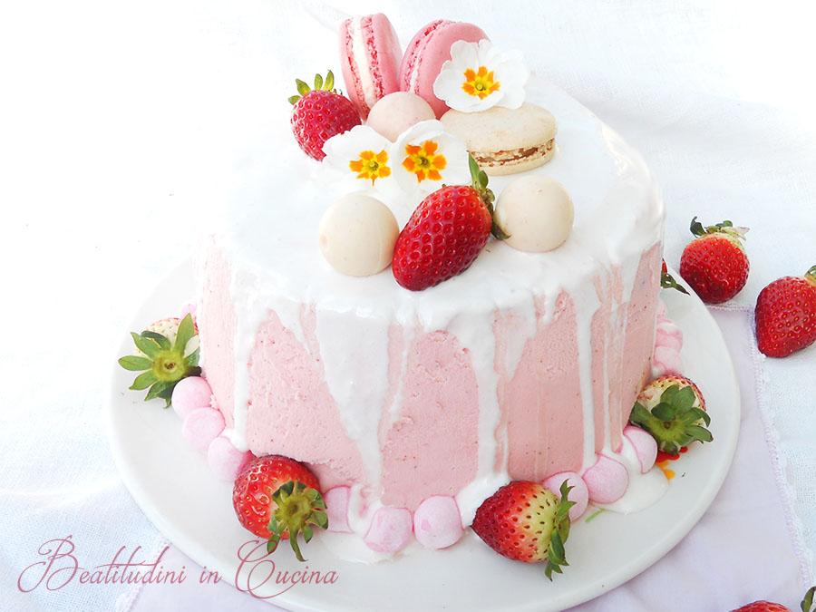 Drip cake al cioccolato bianco e fragole