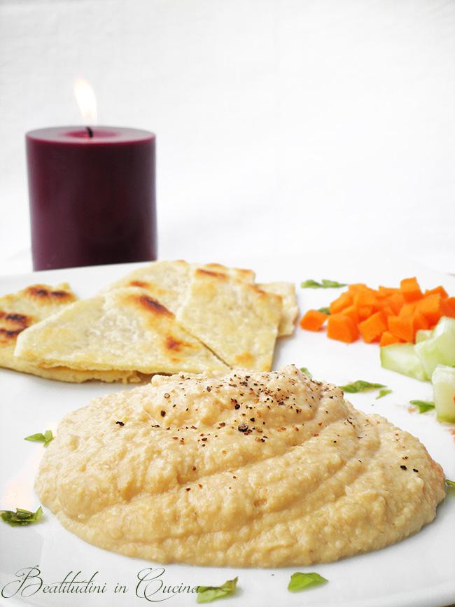 Hummus di ceci e pita greca senza lievito