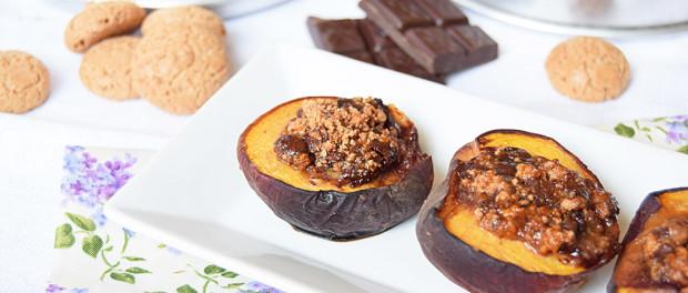 Pesche al forno con amaretti e cioccolato
