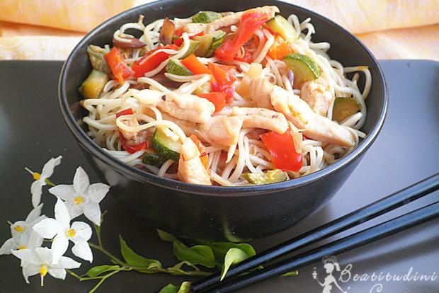 Noodles saltati con pollo e verdure