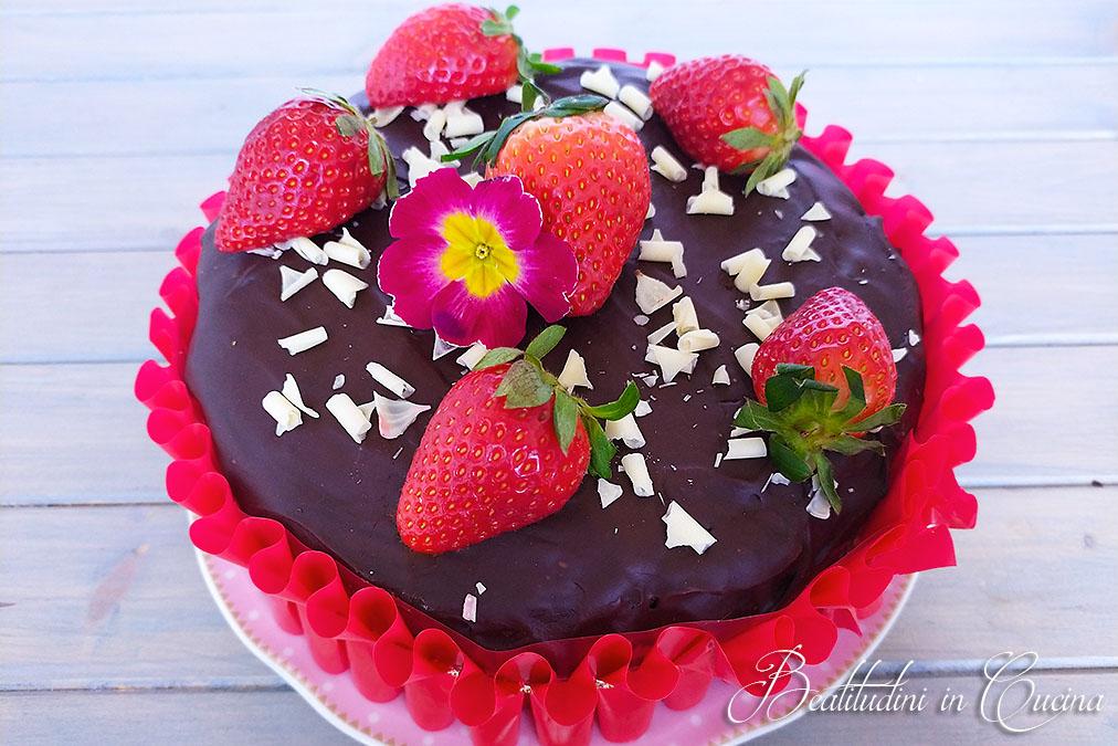 Torta con cioccolato e fragole
