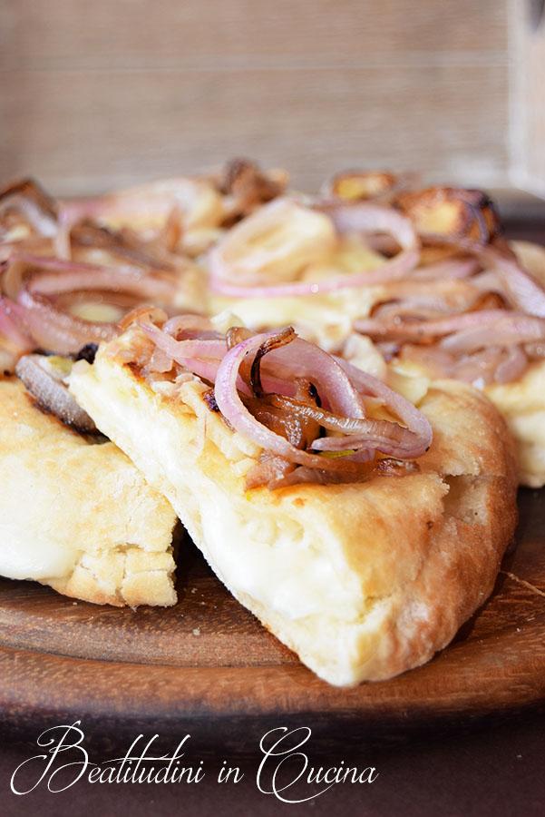 Pizza fugazzeta con mozzarella e cipolla