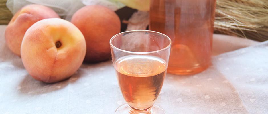 liquore ai noccioli di pesca, rosmarino e cannella