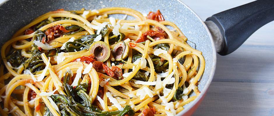 spaghetti con agretti, pomodorini secchi e olive