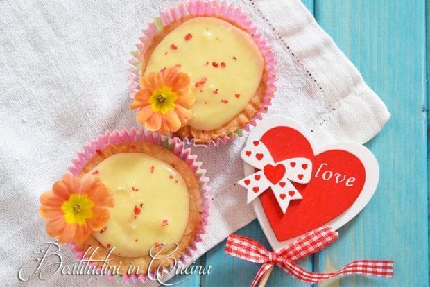 Crostatine con fragole, cioccolato bianco e pepe rosa
