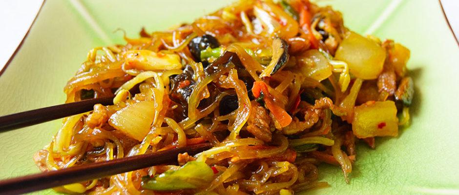 noodles di patate con verdure e carne o Japchae