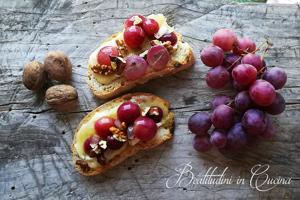 Crostoni di uva caramellata e brie