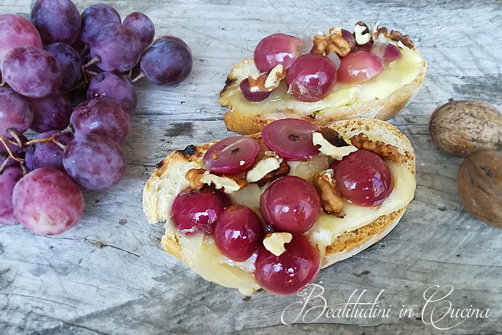 Crostoni uva, brie e noci