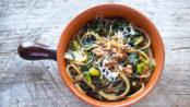 Pasta con foglie di cavolfiore e noci