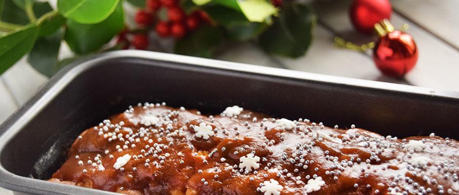 Torta di mele, zenzero e cannella con salsa al caramello