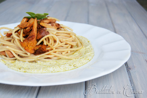 Spaghetti ai finferli su crema di basilico