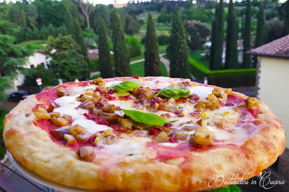 Pizza cotta in padella con melanzane e gorgonzola