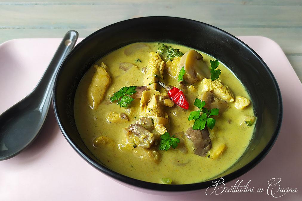 Zuppa thai al pollo e latte di cocco