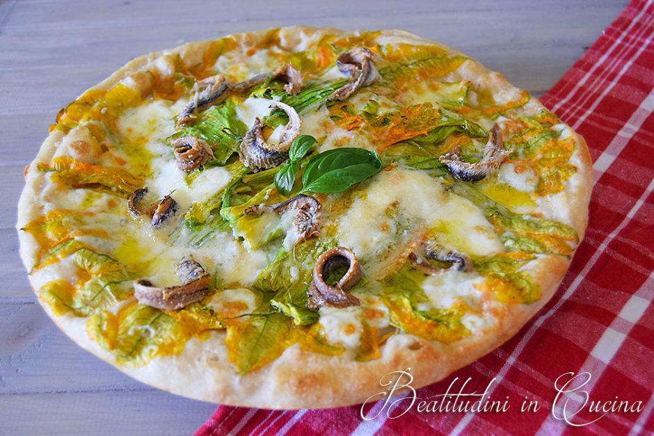 Pizza bianca con fiori di zucca e acciughe