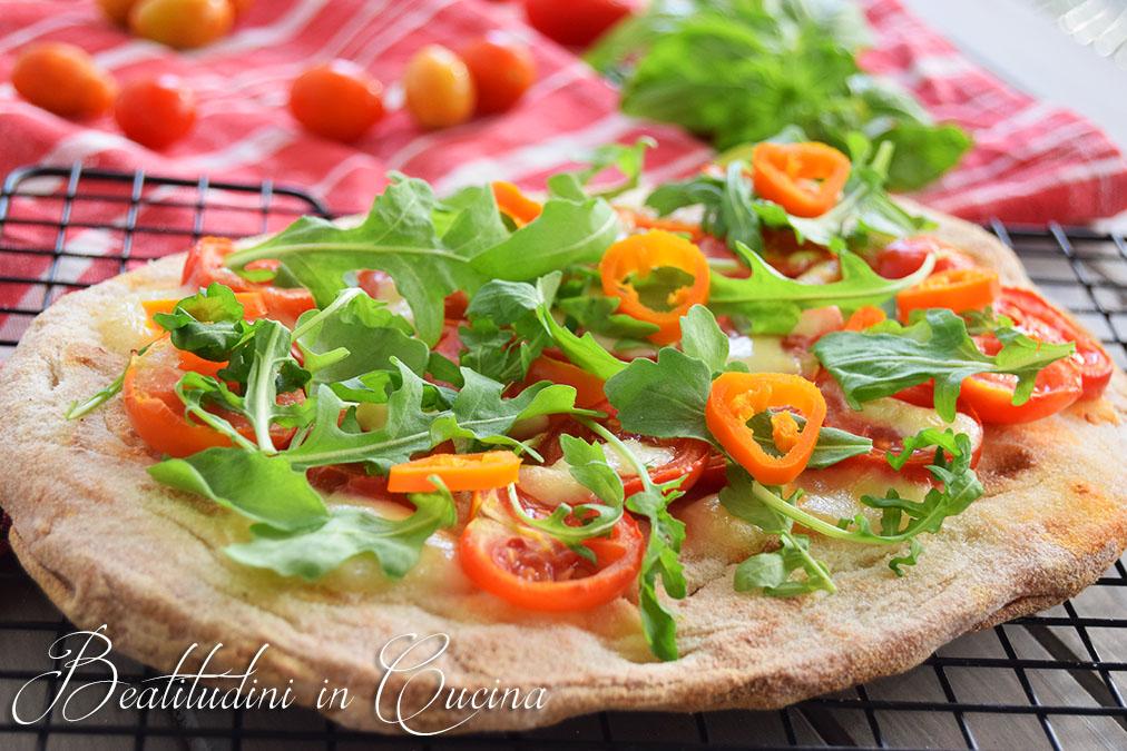 pinsa con con pomodorini, rucola e peperoncino